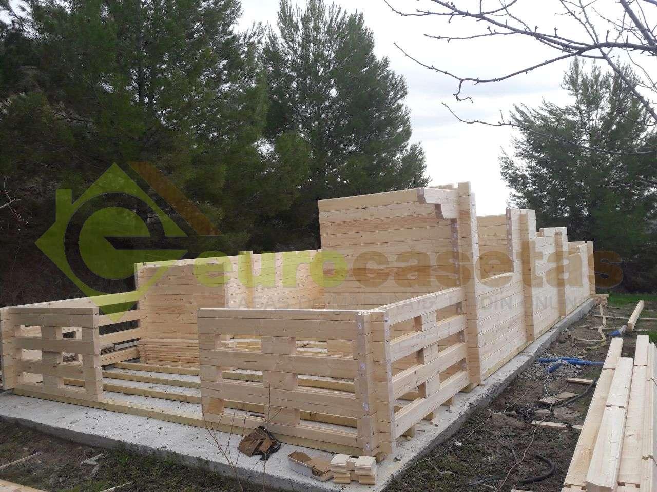 """Montaje Casa de madera  """"LUGO"""", 516m x 820cm +192cm en Huesca"""