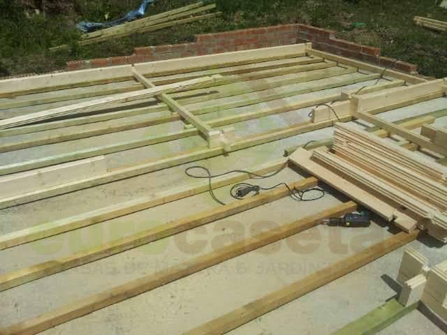 Montaje bungalow fay eurocasetas casas de madera for Montaje tejados de madera