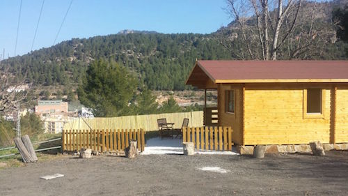 Tela asfaltica roja instalada en bungalow de madera FAY